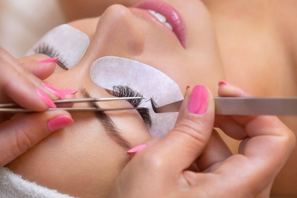 woman getting an eyelash extension